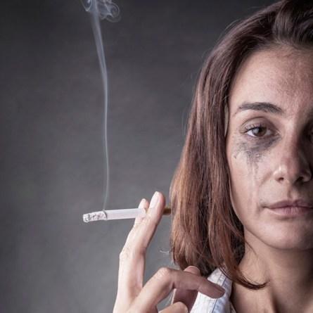 Dégâts du tabac sur la peau d'une fumeuse